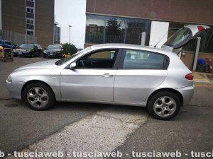 Viterbo - L'auto bloccata dagli agenti e usata dalle due persone arrestate