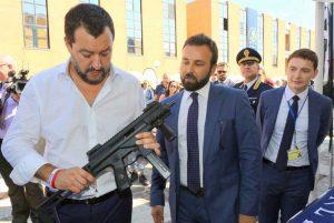 La foto di Matteo Salvini col mitra in mano