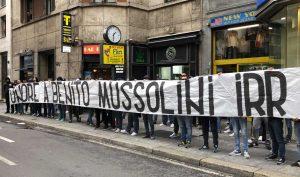 Milano - Striscione dei tifosi della Lazio per Benito Mussolini