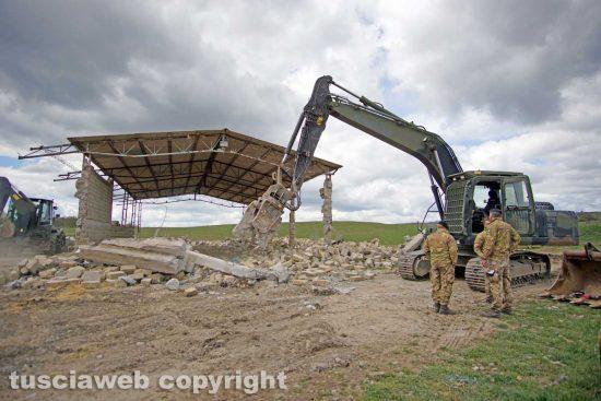 Farnese - La demolizione del capannone abusivo