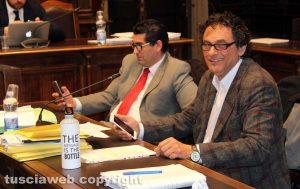 Viterbo - Consiglio comunale - Erbetti (M5s) con la bottiglia plastic free