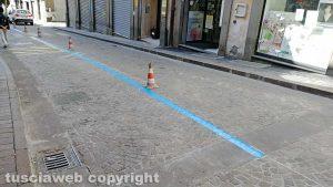 Viterbo - Strisce blu in via Cairoli