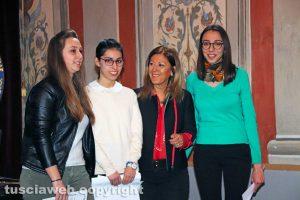"""Viterbo - Premio """"Viterbo che studia"""" - Le studentesse del liceo Ruffini con la preside Maria Antonietta Bentivegna"""