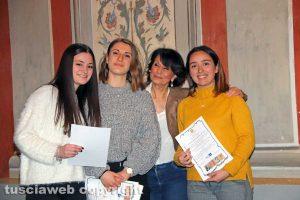 """Viterbo - Premio """"Viterbo che studia"""" - Le studentesse dell'istituto Paolo Savi con la preside Maria Patrizia Gaddi"""