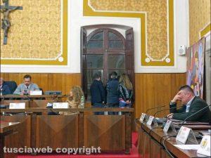 Nel consiglio comunale di venerdì a soltanto 3 giorni dal termine concesso dal prefetto – L'opposizione non partecipa alla votazione del piano triennale dei lavori pubblici