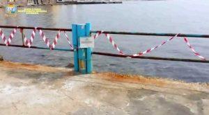 Santa Marinella - L'intervento dei finanzieri per i blocchi in mare contenenti tracce di amianto