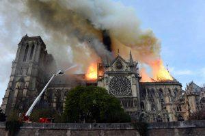 Parigi - L'incendio a Notre-Dame