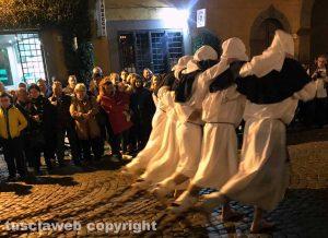 Tuscania - La processione degli uomini scalzi anima il Venerdì santo
