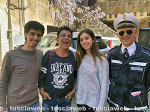 Edoardo Bennato a Sutri con alcuni fan