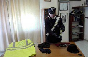 Il kit del rapinatore sequestrato dai carabinieri