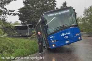 Bus finisce in una cunetta