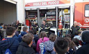 I vigili del fuoco spiegano il funzionamento delle attrezzature
