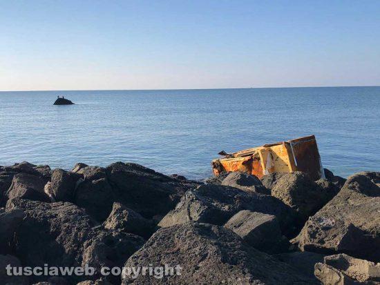 Tarquinia - Rifiuti sulla spiaggia