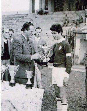 Sport - Calcio - Fernando Piciucchi dell'Ortana riceve la coppa Curti 1957 allo stadio Rocchi