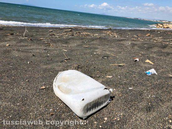 Tarquinia - Plastica sulla spiaggia