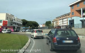 Viterbo - Traffico in tilt alla rotatoria dell'Ipercoop