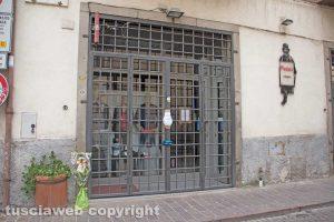 Viterbo - Omicidio in via San Luca - Il negozio di Norveo Fedeli sotto sequestro