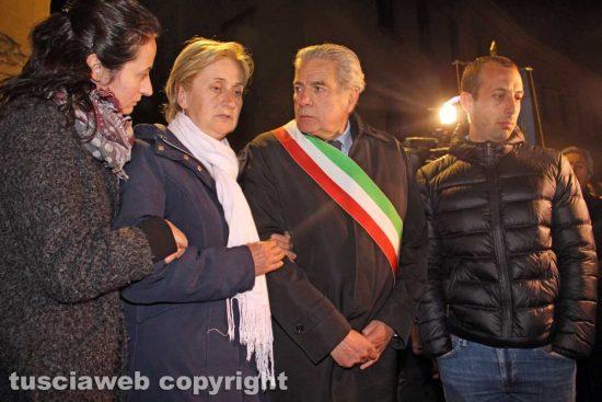 Omicidio in via San Luca - La moglie di Norveo Fedeli, Maria Chiara, con i figli Nathalia e Pierluigi e il sindaco Giovanni Arena