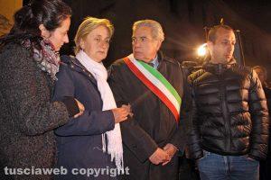 Viterbo - Il sindaco Giovanni Arena assieme ai familiari di Norveo Fedeli