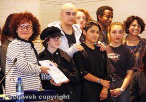 Viterbo - Luigia Melaragni premia i vincitori del concorso Forme e colori