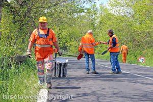 Viterbo - Cimina - Operai al lavoro per sistemare la strada