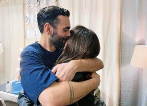 Marco Mengoni abbraccia la madre Nadia Ferrari