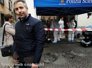 Viterbo - I rilievi della polizia scientifica al negozio Fedeli di via San Luca - Il capo della mobile Moschini