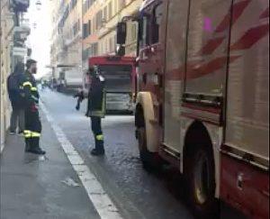 Roma - Bus in fiamme a via Sistina