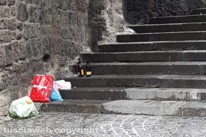 Viterbo - Bottiglie e rifiuti in via Vallepiatta