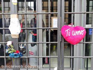 Omicidio in via San Luca - Fiori davanti al negozio di Norveo Fedeli