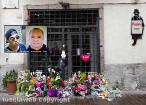 Omicidio in via San Luca - Fiori davanti al negozio - Nel riquadro: Michael Aaron Pang e Norveo Fedeli