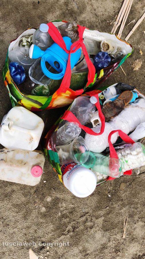 Tarquinia - Plastica raccolta sulla spiaggia