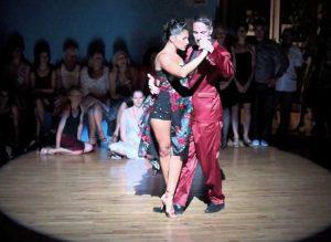 Tango in piazza con la coppia Dispari-Fina