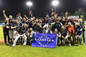 Sport - Baseball - Alessandro Vaglio alza al cielo l'European champions cup