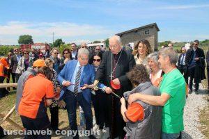 Viterbo - Il sindaco Arena e il vescovo Fumagalli tagliano il nastro