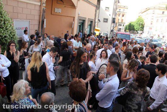 La folla di studenti e famiglie in piazza ad aspettare