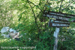 Viterbo - Rifiuti lungo il sentiero che parte dalla strada Romana