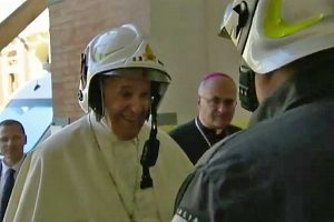 Papa Francesco a Camerino col caschetto bianco personalizzato