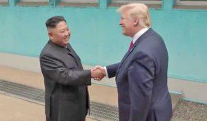 La stretta di mano tra Trump e Kim