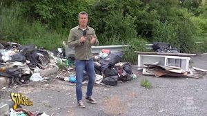 Cassia bis - Jimmy Ghione nelle piazzole di sosta piene di rifiuti