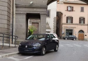 La foto con l'auto di servizio del sindaco pubblicata sui social