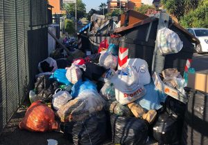 Roma - Cassonetti pieni di rifiuti