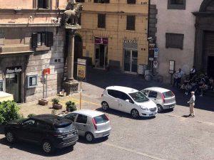 La postazione dei taxi in piazza del Comune
