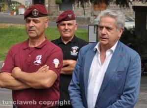 Viterbo - Giovanni Arena al Monumento dedicato al paracadutista d'Italia insieme ai soci paracadutisti