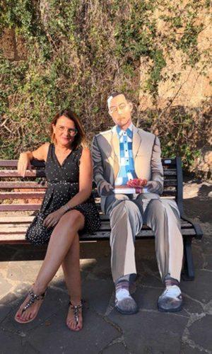 Tuscania - La consigliera Stefania Nicolosi nella panchina dedicata a Forrest gump in vista di Universo corto
