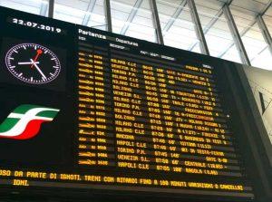 Roma - Il tabellone con gli orari dei treni in ritardo