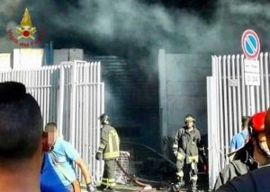 Napoli - Incendio in un magazzino di giocattoli