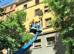 Viterbo - Il sindaco Arena installa le nuove luci in via Marconi