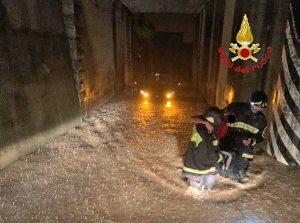 Vigili del fuoco - Sottopasso allagato - Vigili del fuoco salvano automobilista