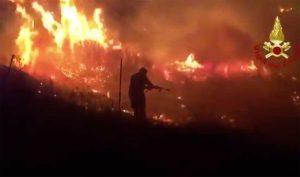 Siniscola - I vigili del fuoco al lavoro per spegnere un vasto incendio
